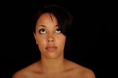 Mujer que mira hacia arriba Imagen de archivo