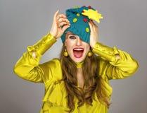 Mujer que mira hacia fuera del sombrero de la Navidad estirado sobre sus ojos fotografía de archivo libre de regalías