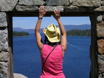 Mujer que mira hacia fuera la ventana la casa de té en Fannette Island Imágenes de archivo libres de regalías