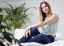 Mujer que mira la cámara en casa Fotos de archivo