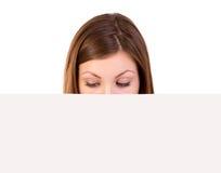 Mujer que mira la cartelera imagen de archivo libre de regalías