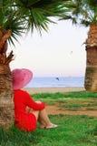 Mujer que mira la costa de mar Fotos de archivo libres de regalías
