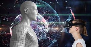 Mujer que mira la figura humana 3d en los vidrios de VR Imagen de archivo libre de regalías