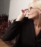 Mujer que mira la luz Imagenes de archivo