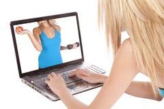 Mujer que mira a la mujer sana en computadora portátil Fotografía de archivo