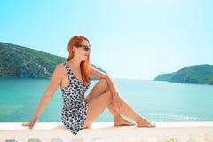 Mujer que mira la opinión del mar Jetset de lujo vivo de la señora joven más lifest foto de archivo libre de regalías