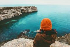 Mujer que mira la opinión fría del mar solamente Fotos de archivo libres de regalías
