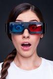 Mujer que mira la película 3d Imagenes de archivo