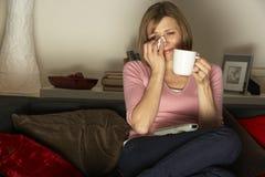 Mujer que mira la película triste en la televisión Imagenes de archivo