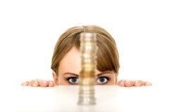 Mujer que mira la pila de monedas Imagen de archivo
