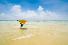 Mujer que mira la playa hermosa Fotos de archivo