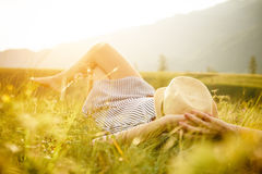 Mujer que mira la puesta del sol Serenidad y relajación imágenes de archivo libres de regalías