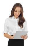 Mujer que mira la tableta Fotografía de archivo libre de regalías