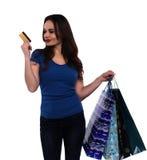 Mujer que mira la tarjeta de crédito Fotos de archivo libres de regalías
