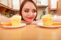Mujer que mira la torta dulce deliciosa glotonería Foto de archivo
