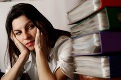 Mujer que mira las carpetas. imagen de archivo libre de regalías