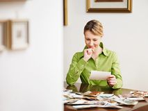 Mujer que mira las fotos imagen de archivo libre de regalías