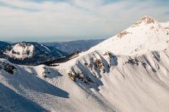 Mujer que mira las montañas nevadas Fotos de archivo libres de regalías