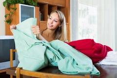 Mujer que mira las nuevas cortinas Foto de archivo libre de regalías