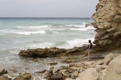 Mujer que mira las ondas Foto de archivo libre de regalías