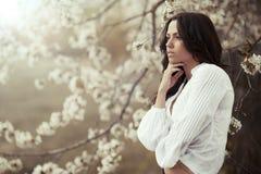 Mujer que mira lejos. Perfil hermoso de la muchacha Imagen de archivo