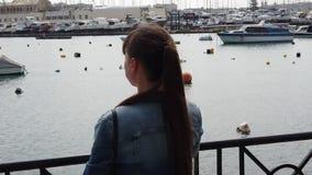 Mujer que mira los barcos almacen de video