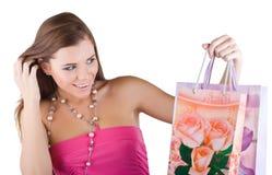 Mujer que mira los bolsos de compras Fotografía de archivo libre de regalías
