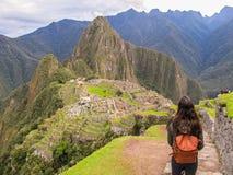 Mujer que mira Machu Picchu Foto de archivo