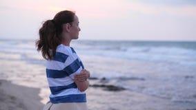 Mujer que mira ondas del mar almacen de video