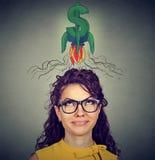 Mujer que mira para arriba la muestra de dólar Fotografía de archivo
