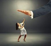Mujer que mira para arriba la palma grande y que grita Imagenes de archivo