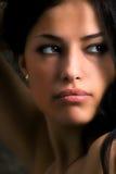 Mujer que mira a su cara