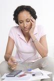 Mujer que mira tarjetas de crédito Imágenes de archivo libres de regalías