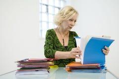 Mujer que mira a través de ficheros Imágenes de archivo libres de regalías