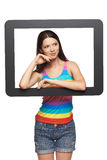 Mujer que mira a través de marco de la tableta Foto de archivo