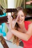 Mujer que mira a través del telescopio Fotografía de archivo libre de regalías