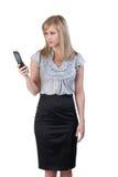 Mujer que mira un teléfono celular Fotografía de archivo libre de regalías