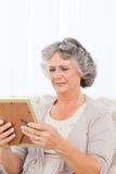 Mujer que mira una foto Fotografía de archivo libre de regalías