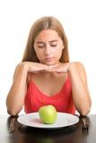 Mujer que mira una placa con Apple Imagen de archivo