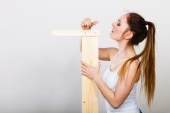 Mujer que monta los muebles de madera DIY Fotografía de archivo