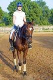 Mujer que monta su caballo Fotos de archivo libres de regalías
