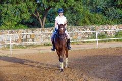 Mujer que monta su caballo Imagen de archivo