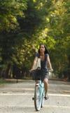 Mujer que monta una bicicleta Imagen de archivo
