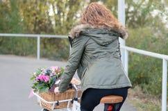 Mujer que monta una bicicleta Foto de archivo
