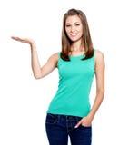 Mujer que muestra algo en la palma Imagen de archivo libre de regalías