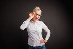 Mujer que muestra apagado sus nuevos vidrios Imagen de archivo libre de regalías