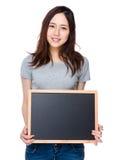 Mujer que muestra con la pizarra Fotos de archivo libres de regalías