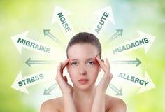 Mujer que muestra dolor en la cabeza con el gráfico de la información foto de archivo