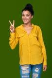 Mujer que muestra dos fingeres Foto de archivo libre de regalías