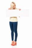 Mujer que muestra el espacio en blanco Foto de archivo libre de regalías